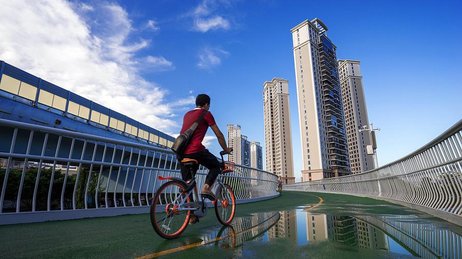 A vélo avec vue sur la piste cyclable surélevée la plus longue du monde à Xiamen