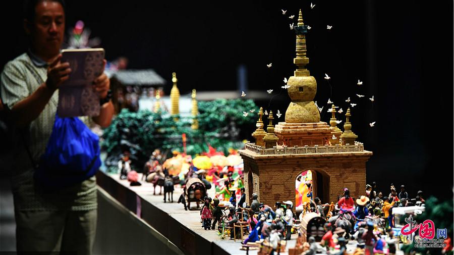 Exposition de la grande maquette de « La route du thé et des chevaux » à Kunming