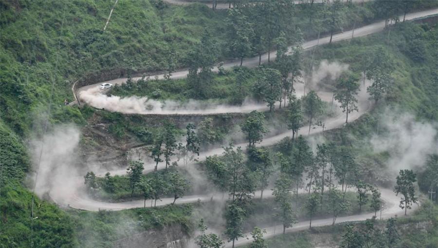 En images : une course de rallye chinoise au site des « Vingt-quatre virages » au Guizhou