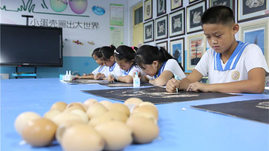 Les héros de la guerre commémorés par des œuvres d'écoliers en coquille d'œuf