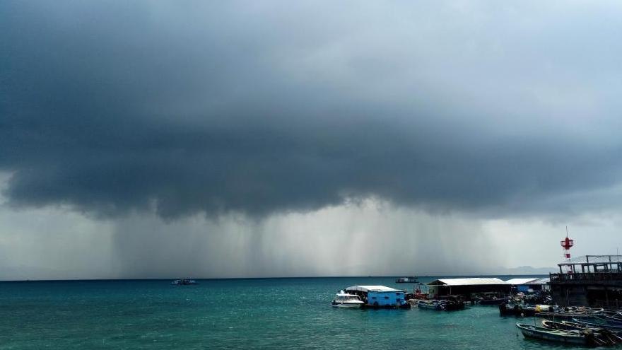 Hainan : des « cascades » de pluie dans le ciel à Sanya