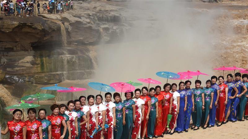 Shanxi : un défilé de qipao à la cascade de Hukou