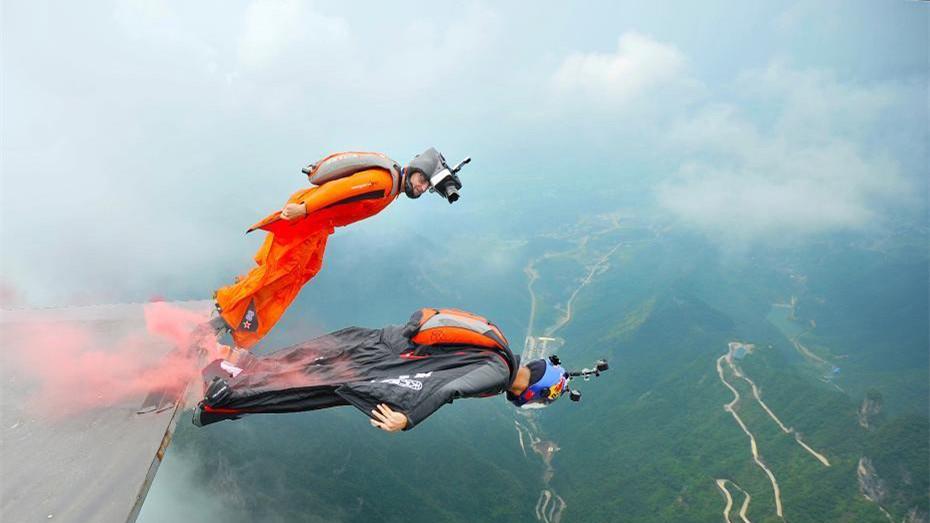 Un homme en wingsuit réussi pour la première fois à atteindre une cible en mouvement en Chine