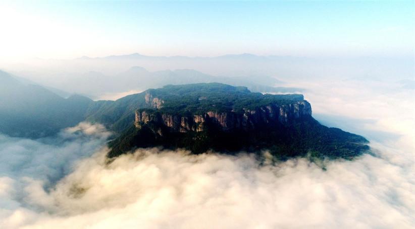 Le site de Xianju Fangyan enveloppé par une mer de nuages