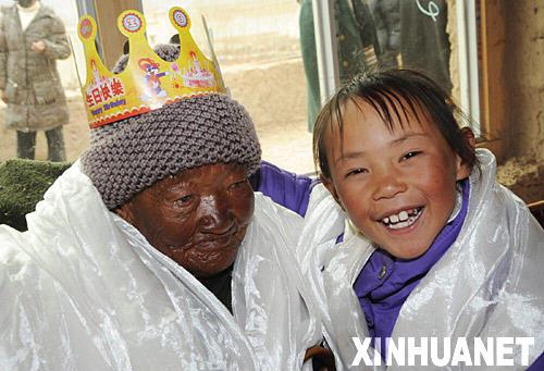 1 Tibet ,Geburtstag,Lhasa,Amai Cering,Dorfbewohner, Feier ,tibetisch,Unterhaltung,Leben,Lebenserwartung,Gro?mutter