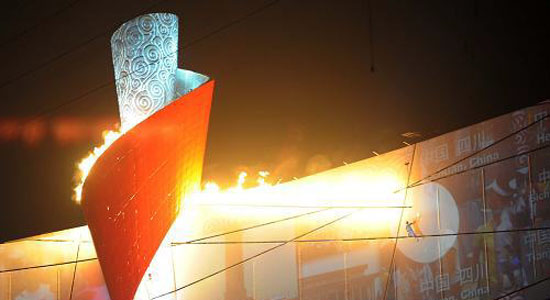 Li Ning entzündet das Olympische Feuer