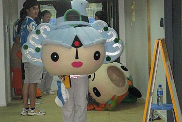 Zum Glück kam die Aufführung der Fuwa, der Olympia-Maskottchen. Früher dachte ich, dass sich nur die normalen Studenten als Fuwa verkleiden. Seit Montag weiß ich, dass viele der Darsteller von der Beijing Sport University kommen.