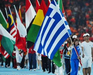 Flaggen der 204 olympischen Delegationen werden ins Stadion getragen