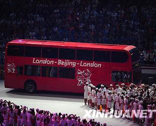 Ein Londonbus f?hrt ins 'Vogelnest'