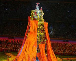 Abschlu?feier: Akrobaten bilden Turm