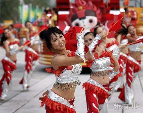 Cheerleaders verkleiden sich als maskottchen der beijinger olympischen