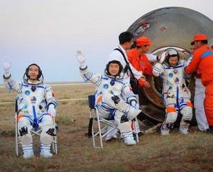"""Die dritte bemannte chinesische Raumkapsel, 'Shenzhou 7' ist am Samstagnachmittag sicher in der Inneren Mongolei gelandet. Das Raumschiff 'Shenzhou 7"""" war am Mittwoch ins All gestartet. Bei dieser Raumfahrtsmission haben die Taikonauten zum ersten Mal ihre Kapsel verlassen und einen Weltraumspaziergang absolviert."""