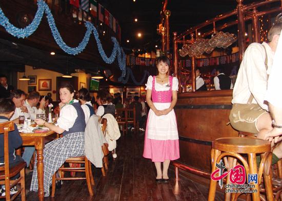 Im Gastraum wird man von chinesischen Kellnerinnen im Dirndl begrü?t.