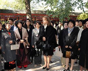 Die Frauen von Spitzenpolitikern, die an dem siebten Asien-Europa-Treffen teilnehmen, haben am Samstag die Gongwangfu (Residenz des Prinzen Gong) besichtigt.