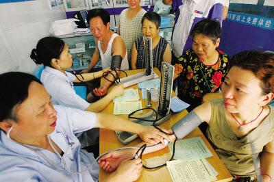 1 China will im Zeitraum von drei Jahren 850 Milliarden Yuan (96,4 Milliarden Euro) ausgeben, um seinen 1,3 Milliarden Menschen ein zug?ngliches und erschwingliches Gesundheitswesen bereitzustellen.
