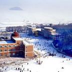 Im Ski-Resort Erlongshan Longzhu gibt es 170 Tage im Jahr Schnee bei Durchschnittstemperaturen von minus 15 Grad Celsius. Erlongshan hat zwei Pisten für Anf?nger, und sechs für mittlere und fortgeschrittene Skifahrer.