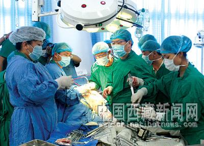 ?rzte führen im Volkskrankenhaus in Lhasa Operation an einem Patienten durch.