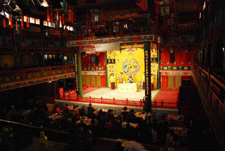 Auf dem H?hepunkt seiner Geschichte war die Huguanger Gildenhalle, erbaut im Jahre 1807, eines der 'Vier Grossen Theater' von Beijing.