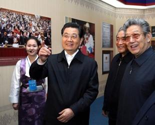 Chinas Spitzenpolitiker besichtigten Ausstellung über demokratische Reformen in Tibet