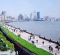 Shanghai hei?t im Chinesischen in Kurzform 'Hu' und mit Spitznamen 'Shen'. Vor rund 6000 Jahren trocknete der westliche Teil der heutigen Stadt Shanghai aus und vor etwa 2000 Jahren wurde der ?stliche Teil zu Land.