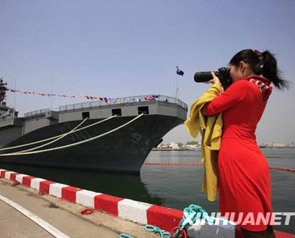 Einige Kriegschiffe, die in der chinesischen Hafenstadt Qingdao am 60-j?hrigen Jubil?um der chinesischen Marine teilnehmen, waren am Mittwoch ?ffentlich zug?nglich. Viele Bürger haben diese Schiffe besucht, Fotos gemacht und Meinungen mit den in- und ausl?ndischen Matrosen ausgetauscht.