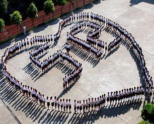 Die Schüler der Grundschule Nummer Eins in der Stadt Leping in der südchinesischen Provinz Jiangxi bildeten am Mittwoch auf dem Pausenplatz ein riesiges Herz mit der Inschrift '5. 12'.