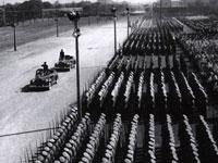 Bei der fünften Milit?rparade zum Nationalfeiertag wurden Vertreter der Chinesischen Freiwilligenarmee zum Zuschauen eingeladen. Einheiten der Raketentruppe wurden zum ersten Mal abgeschritten.