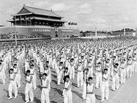 Die siebte Milit?rparade zum Nationalfeiertag 1955 ist die erste Parade nach Einführung der milit?rischen Dienstgrade. Alle Offiziere und Soldaten trugen Uniformen neuen Typs.