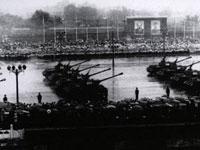 Es war die einzige Milit?rparade zum Nationalfeiertag von allen dreizehn, die im Regen veranstaltet wird. Fünfzehn Spitzenpolitiker und Vertreter der Arbeiter haben beigewohnt. Die Soldaten nahmen die ersten von China selbst produzierten Lastwagen der Marke Jiefang.