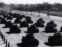 Bei der neunten Milit?rparade zum Nationalfeiertag wurden von China selbst entwickelten Jet-Bomber und Jagdflugzeuge zum ersten Mal abgeschritten.