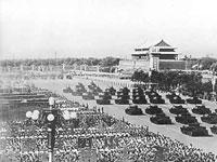 Die elfte Milit?rparade 1959 besuchten 700,000 Bürger, was zu jenem Zeitpunkt einem Rekord entsprach. Alle Truppen bei der Parade wurde mit von China selbst entwickelten Gewehren, Artillerien, Panzern und Jagdflugzeugen ausgerüstet.