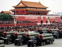 Bei der dreizehnten Milit?rparade zum Nationalfeiertag erschienen alle Bestandteile der chinesische Streitkr?fte: das Heer, die Marine, die Luftwaffe, die Zweite Artillerie, die Bewaffnete Polizei und die Miliz. Der Ausma? der Parade war wie nie zuvor in China und weltweit selten.