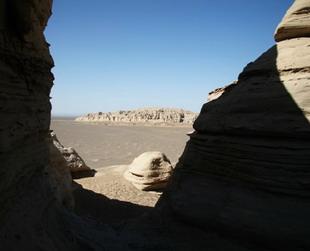 Etwa 90 Kilometer östlich der Stadt Hami finden sich die weiten Landen der Yadan Landschaft. Das endlose Schildkrötenschalenland zeigt sich in verschiedenen Formen – Burgen aus alten Zeiten, Palästen, Straßen, Gassen, Tieren und Monstern.