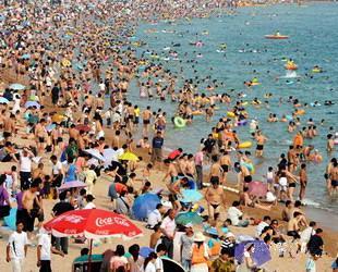 Die diesjährige Badesaison in Qingdao ist gut angelaufen. Bereits über 100.000 Badegäste wurden auf den Stränden Qingdaos registriert. Um den Aufenthalt für alle Badenden so angenehm und sicher wie möglich zu gestalten, sahen sich einige Strandbetreiber sogar gezwungen, Sondermaßnahmen zu erlassen.