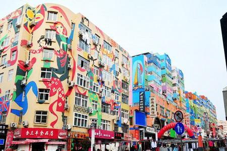 In einer Fußgängerzone in Qingdao, einer Küstenstadt in der ostchinesischen Provinz Shandong, wurden mehr als 20 Gebäude mit einer Fläche von mehr als 40.000 Quadratmetern bemalt.