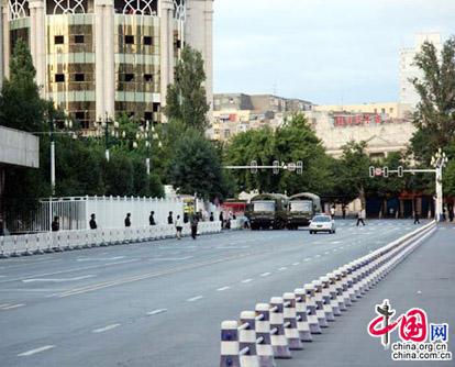 Vom 7. Juli um 21 Uhr bis zum 8. Juli um 8 Uhr wurde in ürümqi eine Verkehrskontrolle durchgeführt, um allen Institutionen und Unternehmen Zeit und Bedingungen zu bieten, die Angestellten und ihre Verwandten zu beruhigen.