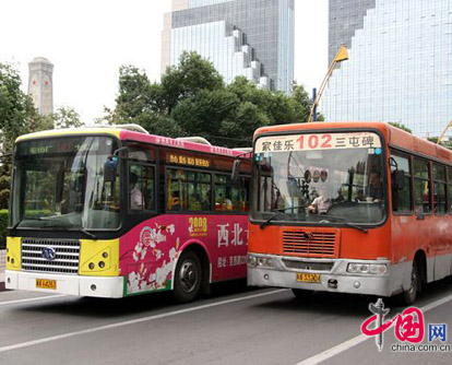 Die Situation in ürümqi, Hauptstadt des nordwestchinesischen Uigurischen Autonomen Gebiet Xinjiang, hat sich am Mittwoch wieder zu stabilisieren begonnen. Die gesellschaftliche Ordnung ist wiederhergestellt. Auf den Stra?en gibt es immer mehr Fu?g?nger. Der ?ffentliche Verkehr verlief wieder normal.