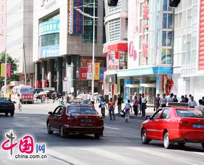 Nach dem Unruhen der letzten Tagen, hat sich die Lage in ürümqi wieder normalisiert. Auf den Stra?en sieht man wieder so viele Leute wie vor den gewaltt?tigen Sabotageakten. In der Rushhour gibt es bereits wieder den üblichen Verkehrstau. Die L?den sind wieder offen und empfangen Kunden.