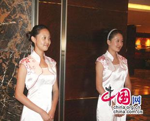In Qingdao wird das Blue Enonomy Forum veranstaltet. Alle Referenten sprechen dabei von der neuen Perspektive der Stadt – selbstverst?ndlich. Auch die Hostessen freuen sich schon auf die neue Entwicklung.