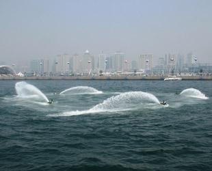 W?hrend des Qingdaoer Meeresfestivals von diesem Jahr wird jeden Tag zwei Mal eine Motorboot-Performance im Olympischen Segelzentrum gezeigt. Dieses Schauspiel wird von Profi-Wasserskifahrern aus unterschiedlichen Gebieten Chinas aufgeführt.