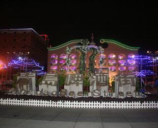 Die etwa ein Kilometer lange Qingdaoer Bierstra?e wurde im August 2005 ins Leben gerufen. Im Sommer, der Hochsaison des Tourismus in der Stadt, bekommt die Stra?e jeden Tag mehr als 10.000 Besucher zu Gesicht.