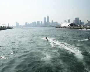 Das Olympische Segelzentrum in Qingdao, welches an der östlichen Küste der Stadt liegt, ist wegen der Olympischen Segelregatta im Sommer 2008 eines der beliebteste Reiseziele von Qingdao geworden. Nun wird es beinahe als ein Symbol der Stadt betrachtet.