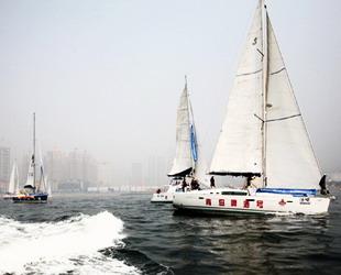 Die Segler starteten am 25. August in der Xinghaibucht für den Mayor Cup, einer Segelregatta von Dalian nach Qingdao. Die acht Segelboote sind am Dienstag losgefahren und haben inzwischen bereits die Bohai-Bucht durchquert.