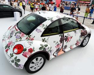 In den letzten Tagen hat ein bemalter VW-Käfer auf einer Autoausstellung im Rahmen des Qingdao-Bierfestes viele Besucher angezogen.