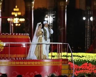 Um acht Uhr fand die Nationalfeiergala statt. Die schönen Lieder erschallen über den Tian'anmen-Platz.