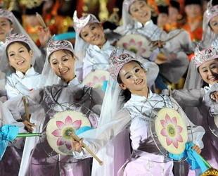 Um acht Uhr fand die Nationalfeiergala statt. Dabei werden unterschiedliche Volkstänze aufgeführt.