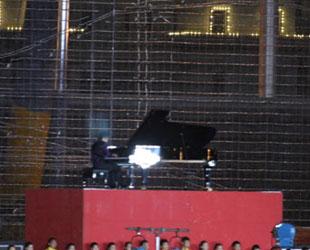 "Nationalfeiergala: Lang Lang, der ""Klavierprinz"", spielt im Mondlicht."