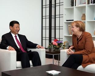 Der chinesische Vizestaatspräsident Xi Jinping hat am Montag in Berlin die deutsche Bundeskanzlerin Angela Merkel zu Gesprächen getroffen. Xi legte dabei in fünf Punkten dar, wie beide Länder ihre Beziehungen ausbauen können.