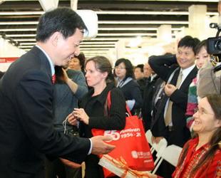CIPG-Präsident Zhou Mingwei stellt das Buch 'Fünftausende Jahre Chinesisch' vor.