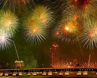 Am Sonntagabend wurde zur Feier des zehnjährigen Jubiläums der Rückkehr Macaos nach China ein festliches Feuerwerk veranstaltet. Innerhalb von 26 Minuten wurden an sieben Orten in der Sonderverwaltungszone zahlreiche Feuerwerkskörper abgebrannt.